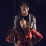 Morten Hemmingsen og Selene Muñoz i erotisk clinch i intimmusicalen »(B)romance« på Det Ny Teater. Foto: Det Ny Teater.