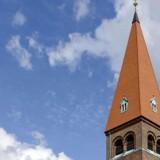 Tårnet på Holstebro Kirke er 48 meter højt, og derfor er det problematisk, at et planlagt butikscenter skal have et tårn på 63 meter, mener Viborg Stift. Arkivfoto.