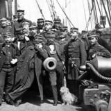 Fotografi af besætningsmedlemmer på fregatten Jylland fotograferet efter slaget ved Helgoland i 1864. Selv skibshunden har fået lov til at være med.
