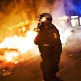 Uroligheder på Nørrebrogade efter rydningen af ungdomshuset på Jagtvej 69. Her er politiet ved at slukke diverse bål i gaden. Arkivfoto.