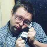 Her er manden, som ejer og driver det rejseselskab, som den 22-årige amerikaner Otto Warmbier rejse ind i Nordkorea med. Den 36-årige Gareth Johnson annoncerer sine ture med et etos om fest, druk, fis og forvovenhed - og her er han selv fotograferet i Nordkorea nogle få dage efter, at Otto Warmbier i januar sidste år blev anholdt. Han kæler for en flaske klar spiritus, formentlig koreansk soju. Billedet er fra hans eget Instagram.
