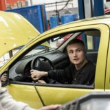 Elever arbejder på bilerne i den store hal på Mekanikeruddannelsen i Hvidovre, som udbydes af TEC, Frederiksberg.