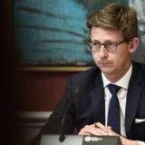 Skatteminister Karsten Lauritzen (V) var i dag kaldt i samråd om virksomheders udnyttelse af lovgivningen om registreringsafgift. Ministeren skulle svare på, om det er i orden, at bilimportører og leasingselskaber udnytter lovgivningen til at minimere eller helt undgå registreringsafgift. Ministeren skulle også svare på, hvordan han vil stoppe udnyttelsen. Samrådsspørgsmålene blev stillet efter ønske fra Jesper Petersen (S), Dennis Flydtkjær (DF) og Rune Lund (EL).