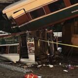 Dele af toget er faldet ned fra en bro over en motorvej. Det fremgår af billeder fra stedet, som det amerikanske medie formidler.