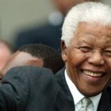 Tidligere præsident i Sydafrika Nelson Mandela vinker ved ankomsten til Parlamentet i Cape Town 24. juli 2017. Randers kunne været blevet det første sted uden for Sydafrika med et museum tilegnet frihedsikonet. Men fonden bag har droppet planerne om at placere museet i Randes. Reuters/Mike Hutchings