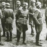 SS-officerer fotograferet i lejren ved Bobruisk i Hviderusland under Anden Verdenskrig. Helmuth Leif Rasmussen optræder ikke på billedet. Arkivfoto.