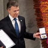 Columbias præsident, Juan Manuel Santos, poserer med medalje og diplom under den ceremoni, hvor han fik overrakt Nobels Fredspris lørdag den 10. december 2016.