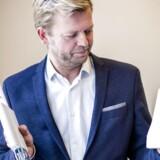 TV behøver ikke at komme fra et stik i væggen. Boxer, der er Danmarks tredjestørste TV-leverandør og vinder flere kunder i byområderne, leverer TV via antenne. Administrerende direktør Ulf Lund viser her to eksempler på, hvordan en moderne antenne ser ud, Han skiftede i 2015 fra sin nu største konkurrent TDC, hvor han var udviklingsdirektør. Arkivfoto: Simon Skipper