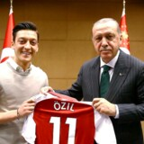 Den tyske fodboldspiller Mesut Özil får hård kritik efter sit møde med Tyrkiets præsident Erdogan i London. Det tyske fodboldforbund mener, at Özil og hans kollega Ilkay Gündogan lader sig misbruge til politiske formål af Erdogan.