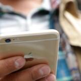 Nærheden af en stikkontakt for at kunne fungere er mobiltelefonernes helt store problem. Et britisk firma har ombygget en iPhone 6, så der er plads til et brintbatteri, som angiveligt kan levere strøm i en hel uge, før det skal fyldes op. Arkivfoto: Robyn Beck, AFP/Scanpix