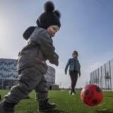 Toårige Wilbert er nummer 80 på ventelisten til et rytmisk gymnastikhold. Her spiller han fodbold med sin mor, Linette Maesen.
