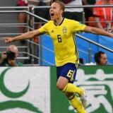 Sveriges Ludwig Augustinsson jubler efter sin scoring til 1-0.