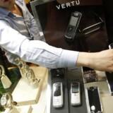 Vertus telefoner er af guld og med juveler og koster i gennemsnit 37.000 kroner. Her ses udvalget i en Vertu-forretning i den tyrkiske hovedstad, Ankara. Foto: Umit Bektas, Reuters/Scanpix