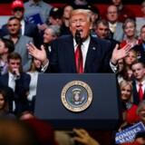 Fra talerstolen på sit vælgerstævne i Nashville, Tennessee, kritiserede Donald Trump i stærke vendinger den dommer, der nu har blokeret for hans andet og nye indrejseforbud. REUTERS/Jonathan Ernst