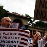 Demonstranter mødte op på Union Square i New York torsdag for at protestere mod præsident Donald Trumps indrejseforbud, der adskiller familier ved at lave positiv og negativ liste over, hvem der kan komme på besøg i USA fra de seks muslimske lande, der er omfattet af forbuddet. / AFP PHOTO / EDUARDO MUNOZ ALVAREZ