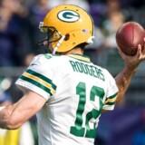 Green Bay Packers-stjernen Aaron Rodgers brækkede søndag aften kravebenet og kan være ude resten af sæsonen.