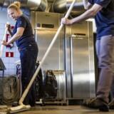 Flere danskere kom i arbejde i marts, men beskæftigelsen kan bremse op inden længe.