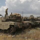 Israelsk militær meddeler, at det har indsat ekstra kampvogne, artilleri og styrker ved den syriske grænse ved Golanhøjderne.