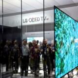 2,57 millimeter er ufatteligt tyndt, men mere fylder LGs nyeste OLED-TV ikke, og det kan hænges helt fladt ind til væggen - til gengæld vil 77-tommerudgaven (som på billedet her fra Consumer Electronics Show i Las Vegas i denne uge) koste 165.000 kroner i Danmark. Foto: Steve Marcus, Reuters/Scanpix