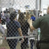 Siden maj er 2342 migrantbørn blevet adskilt fra deres forældre ved grænsen. Her ses en række immigranter ved Central Processing Center i McAllen, Texas on May 23, 2018. AFP PHOTO / US Customs and Border Protection / Handout