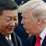 (ARKIV) FILE - In this Nov. 9, 2017, file photo, U.S. President Donald Trump, right, chats with Chinese President Xi Jinping during a welcome ceremony at the Great Hall of the People in Beijing. USA vil torsdag afsløre en række handelssanktioner over for Kina. På forhånd har kineserne sagt, at de vil svare igen, hvis det sker. Det skriver Ritzau, torsdag den 22. marts 2018.. (Foto: Andy Wong/Scanpix 2018)