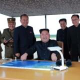 Nordkoreas leder, Kim Jong-un, overværer missiltest tidligere på ugen. USA har svaret igen ved at sende fly i luften over den koreanske halvø. Scanpix/Str