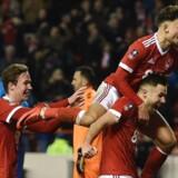 Nottingham Forrests spillere jubler efter en af deres fire scoringer mod de forsvarende pokalmestrer fra Arsenal.
