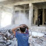 Borgerkrigen i Damaskus fortsætter for fuld drøn. Billedet er fra 6. oktober, hvor en dreng i den oprørskontrollerede Douma-forstad til den syriske hovedstad, Damaskus, kigger på murbrokkerne efter et luftangreb. Nu melder det syriske stats-tv, at politiets hovedkvarter i Damaskus er ramt af selvmordsangreb. Reuters/Bassam Khabieh