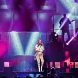 Den canadiske sangerinde Celine Dion åbnede sin Europaturne i Københavns Royal Arena torsdag aften. Med masser af glitter og glamour, stor stemme og lange kedelige historier.