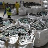 Forskere arbejder på nye metoder til at destruere elektronikaffald