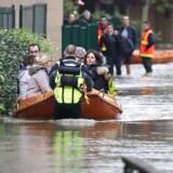 Brandfolk evakuerer folk i små både under oversvømmelserne nær Paris.