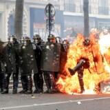 Frankrig var bl.a. 1. maj præget aff voldsomme uroligheder med angreb på politiet. Foto: Scanpix