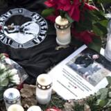 (ARKIV) Blomster og lys på gerningsstedet ved Politigården i Albertslund, den 9. december 2016. Retten i Glostrup ventes tirsdag den 12. september 2017 at indlede sagen mod en mand, der er tiltalt for at have skudt og dræbt den 43-årige betjent Jesper Jul foran politistationen i Albertslund.