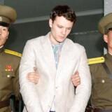 22-årige Otto Warmbier blev anholdt i den internationale lufthavn i Pyongyang i januar 2016. Dengang var han økonomistuderende på University of Virginia og havde tilmeldt sig en grupperejse, der efter fem døgn i Nordkorea skulle fortsætte til Beijing i Kina. Det blev dog uden den 22-årige amerikaner.