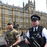 En mand med kniv er blevet anholdt tæt ved det britiske parlament.