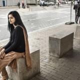 Maria Ahmad, er en 23-årig dansk pige med rødder i Pakistan. Hun er født og opvokset i Danmark og uddannet sygeplejerske. Nu overvejer Maria at flytte til udlandet, måske Dubai, fordi hun vil væk fra debatten om indvandring og islam.