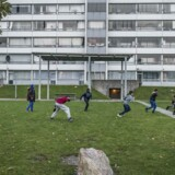 En gruppe unge unge spiller en omgang eftermiddagsfodbold på en af plænerne i Vollsmose.Arkivfoto: Scanpix