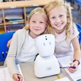 Rigshospitalet tester det næste år to sociale robotter, der skal hjælpe langtidssyge børn med fortsat at kunne følge med i skolen og have kontakt med vennerne. Det er det norske firma No Isolation, der står bag robotterne ved navn AV1. De er kommet til Danmark efter firmaet har indgået et samarbejde med Telia.