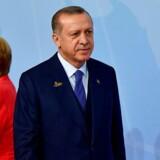 Der var allerede kold luft mellem den tyske kansler Merkel og Tyrkiets præsident Erdogan under G-20 topmødet i Hamborg i juli. AFP PHOTO / Tobias SCHWARZ