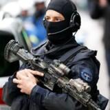 Der vil være mere end 60.000 betjente til stede på stadionerne under VM i Frankrig.