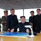 Nordkoreas leder, Kim Jong-un (i midten), lover flere missilaffyringer over Japan.