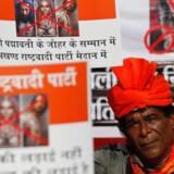 Et medlem af rajput-kasten holder en pkakat op, som protesterer mod den kommende Bollywood-film »Padmaavat.« Foto: Danish Siddiqui/Reuters