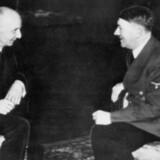 Udenrigsminister Erik Scavenius og Adolf Hitler taler sammen i 1941 i forbindelse med underskrivelsen af Antikominternpagten. Foto: Scanpix