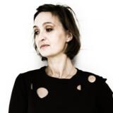 Hanne Gaard Grønlund er kunster og hækler tro kopier af våben. På den måde kombinerer hun det traditionelt voldsomme og maskuline med noget så husmoderagtigt som hækling. Det er hendes bidrag til fred i verden.