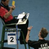 Det kunne være Peter Gade, der viser dommeren, hvor tæt han var på en VM-semifinale, men det er dog en diskussion om en liniekendelse, som danskeren har rodet sig ud i. Hvilket dommeren takserer til et gult kort. Foto: Zainal Abd Halim
