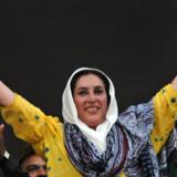 Benazir Bhutto har mistet flere familiemedlemmer på voldelig vis og vidste, at hun var en af denne verdens meste truede personer. Det afholdt hende dog ikke fra at stille sig frem i offentligheden. På billedet vinker hun til de fremmødte under et valgmøde 23. december. Foto: Asif Hassan