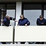 Politiet undersøgte i går skudhullerne i en altan i nummer 21 i Tåstrupgård efter skudopgøret uden for bebyggelsen.