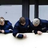Politifolk besigtiger skudhullerne i Taastrupgård. Foto: Liselotte Sabroe