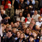 Tv-stjernen Oprah Winfrey er i gang med at introducere Barack Obama ved et vælgermøde i Iowa.