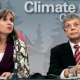 Paula Dobriansky (tv), leder af den amerikanske delegation på Bali, og USAs chefforhandler, Harlan Watson.